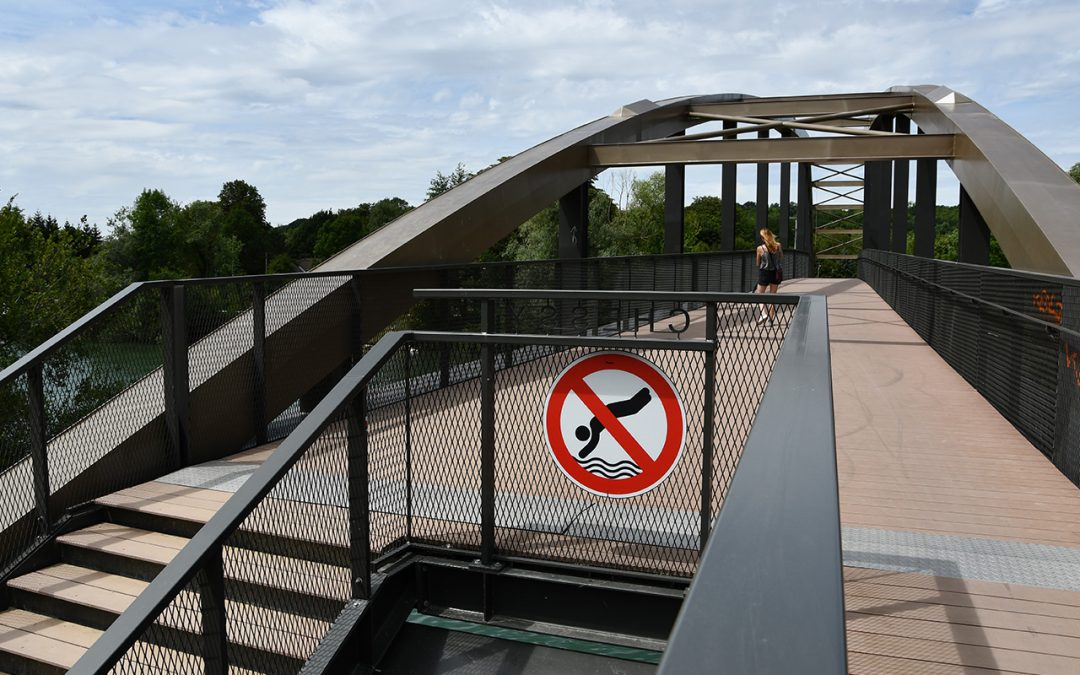 Grand saut depuis la passerelle : jeu dangereux !